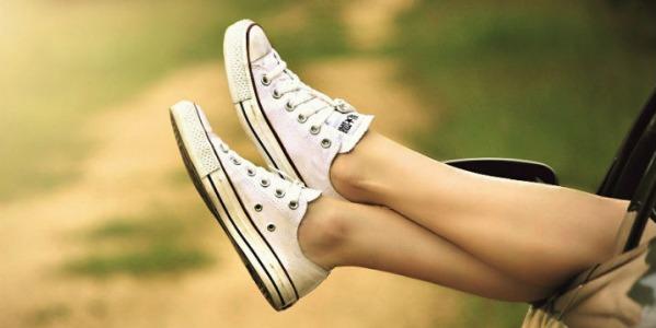 Combinar looks de primavera con zapatillas